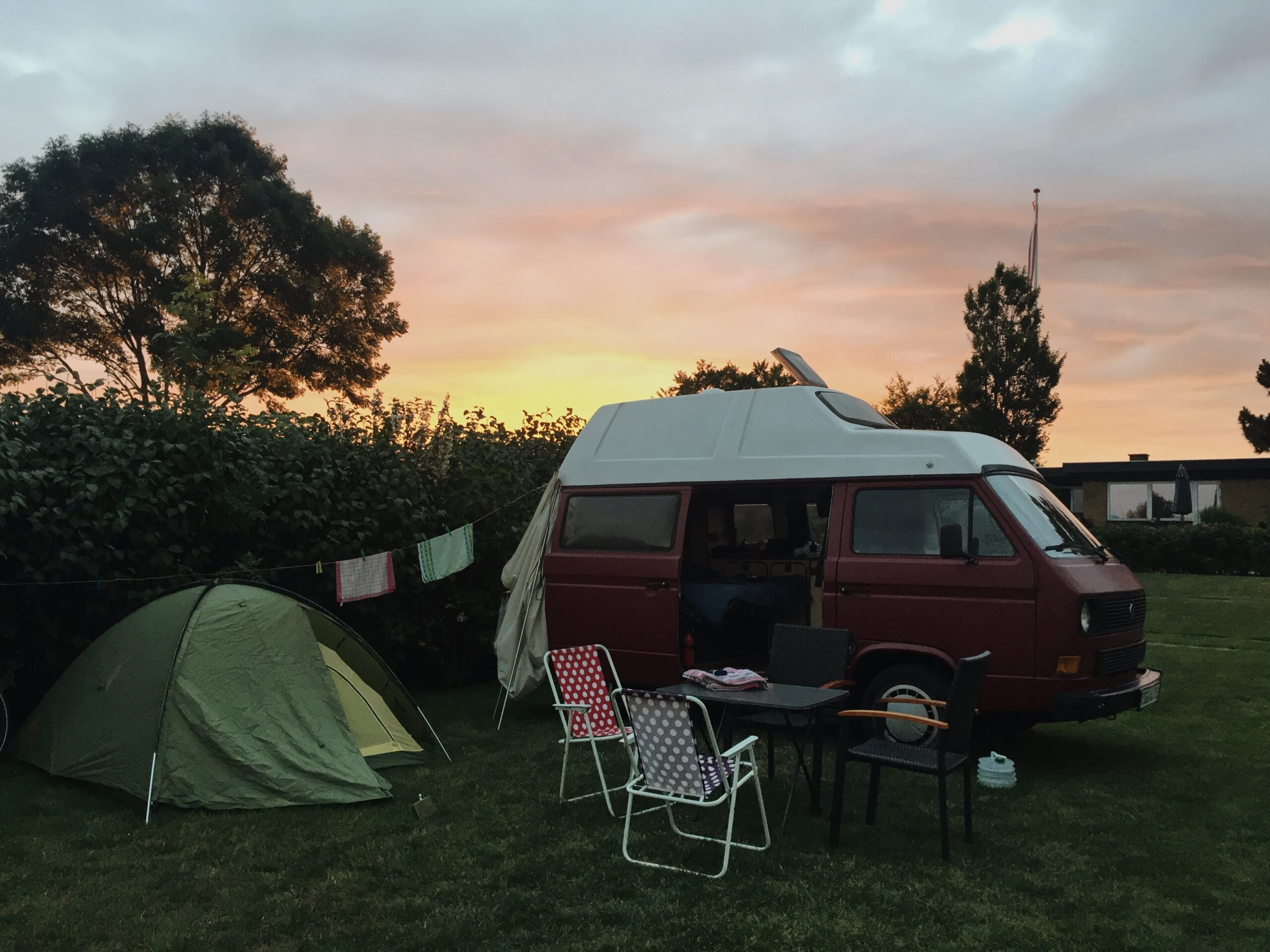 VW Bus T3 Helmut Reimo Hochdach rot Camper Bulli mieten Rostock bincampen campen Sonnenuntergang