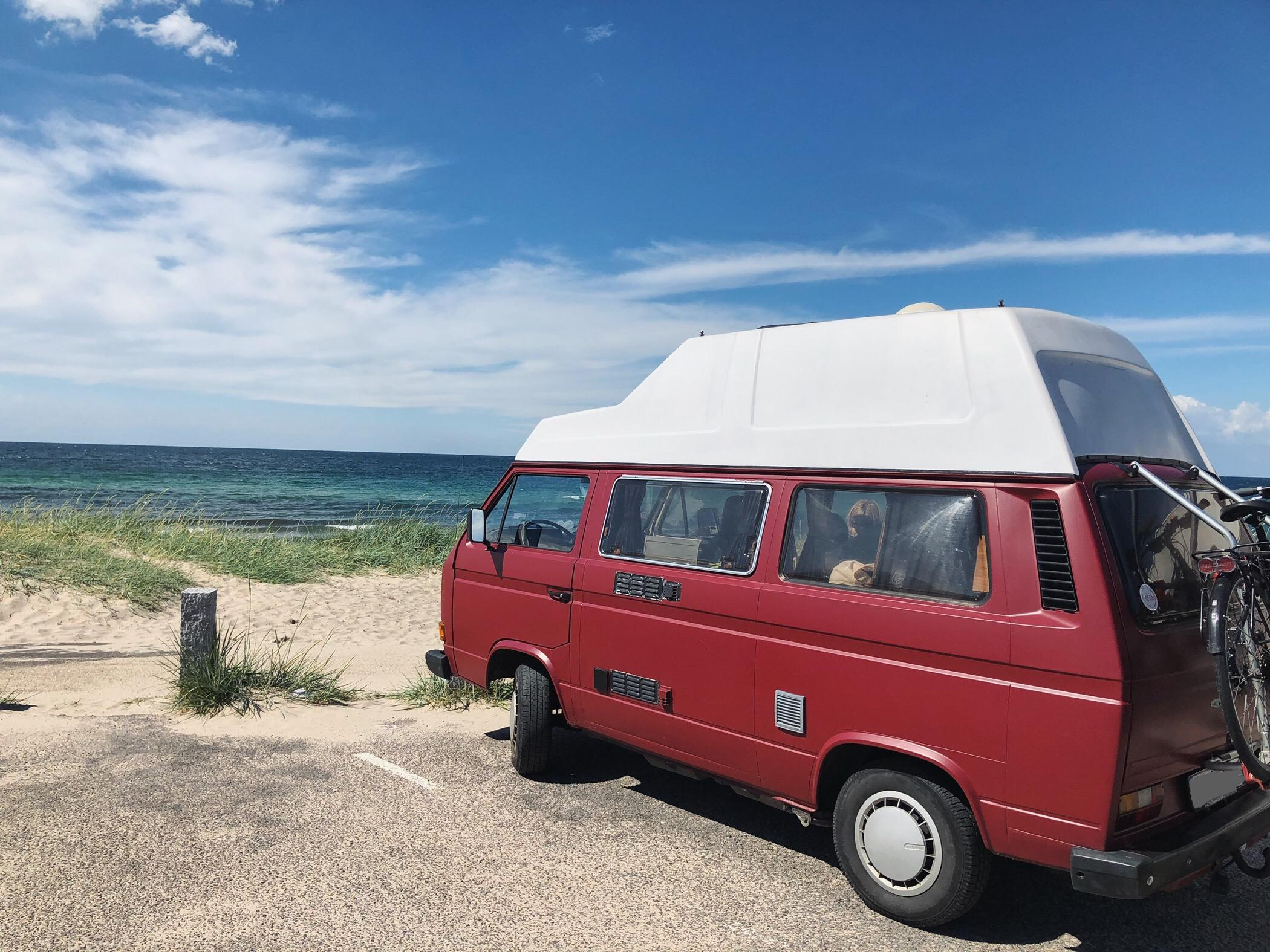 VW Bus T3 Helmut Reimo Hochdach rot Camper Bulli mieten Rostock bincampen campen direkt am Meer Dänemark erste Reihe Sommer Sonne Strand