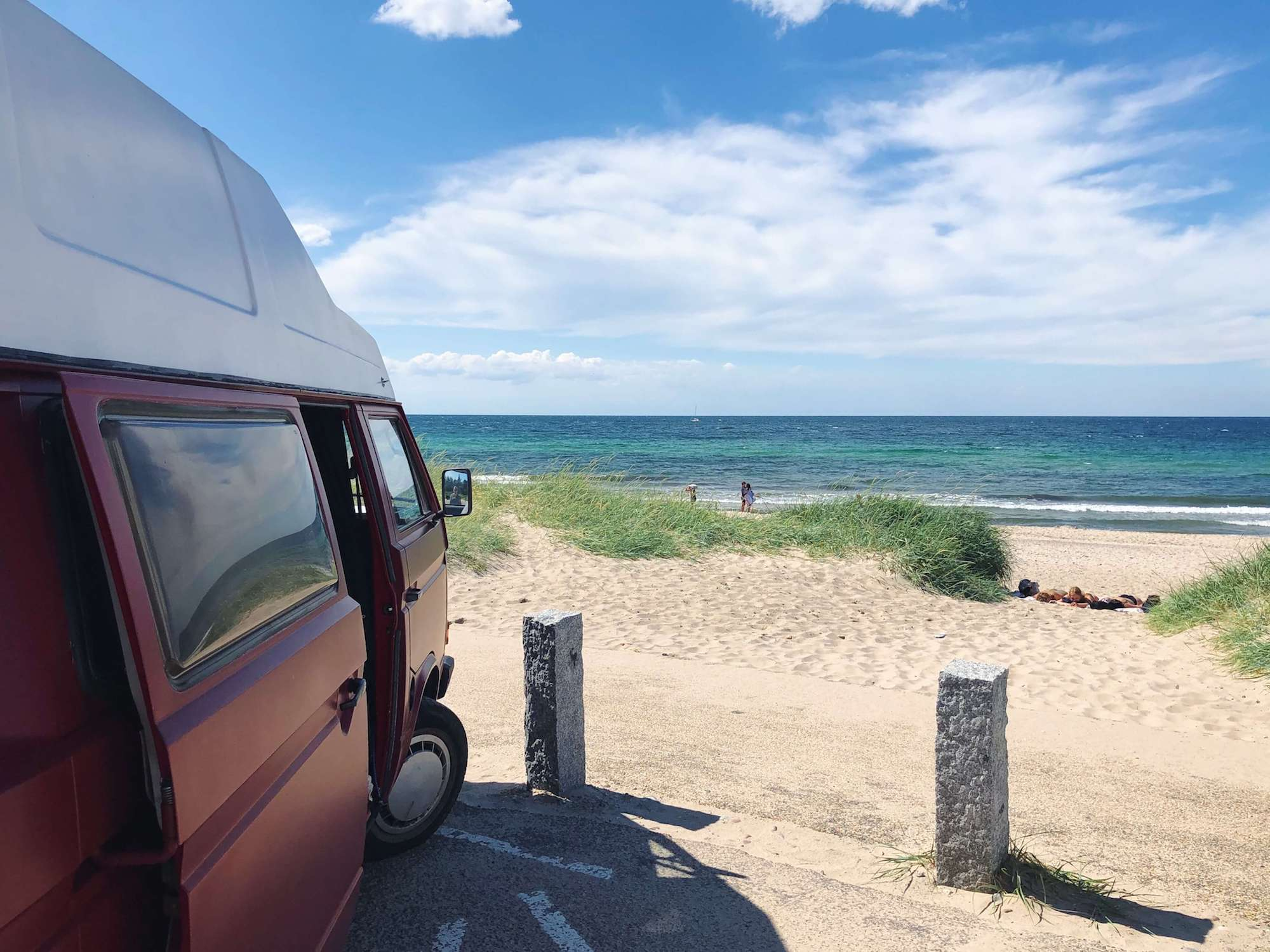 VW Bus T3 Helmut Reimo Hochdach rot Camper Bulli mieten Rostock bincampen direkt am Meer Daenemark erste Reihe Sommer Sonne Strand