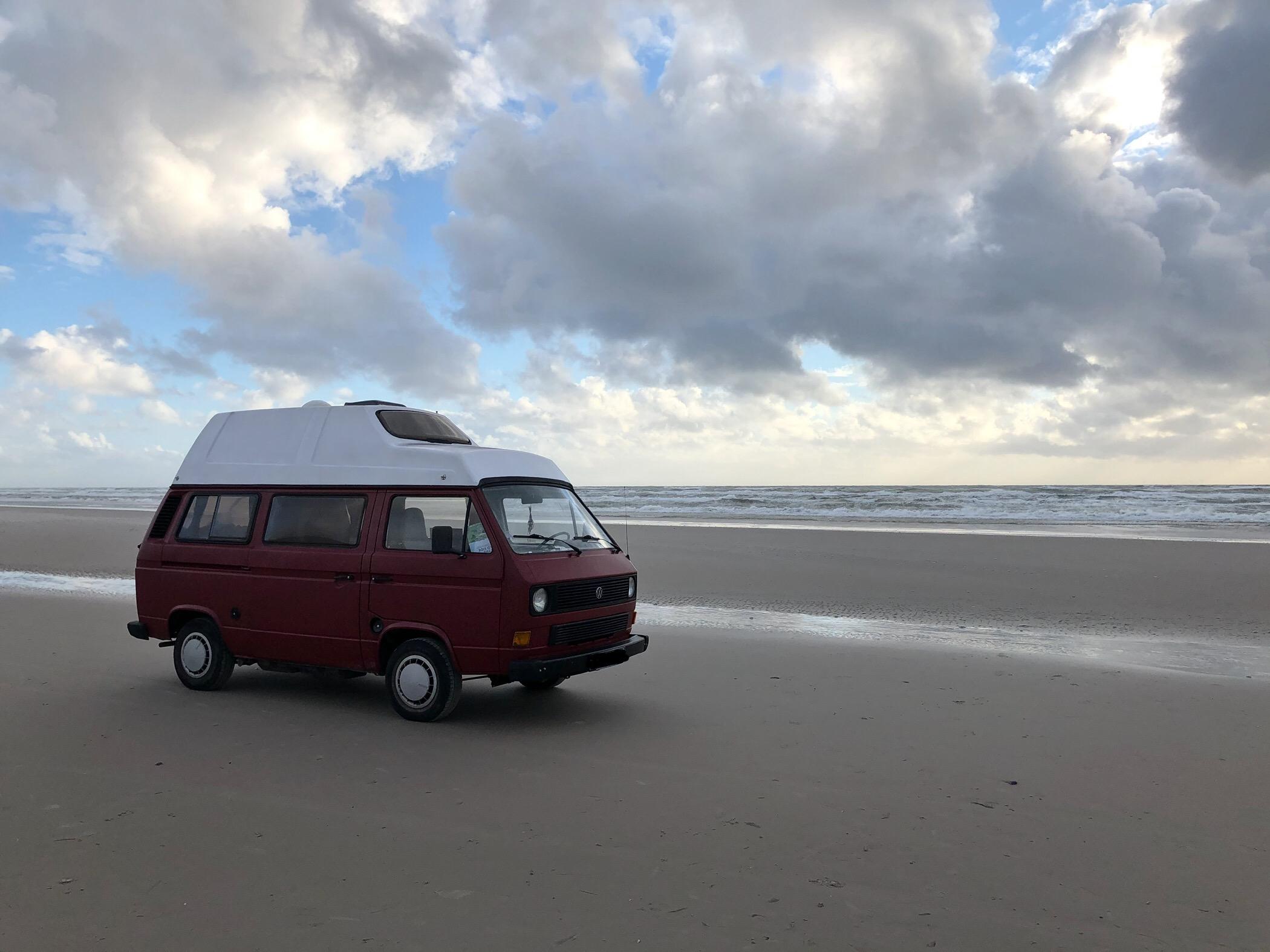 VW Bus T3 Helmut Reimo Hochdach rot Camper Bulli mieten Rostock bincampen unterwegs am Strand homeiswhereyouparkit