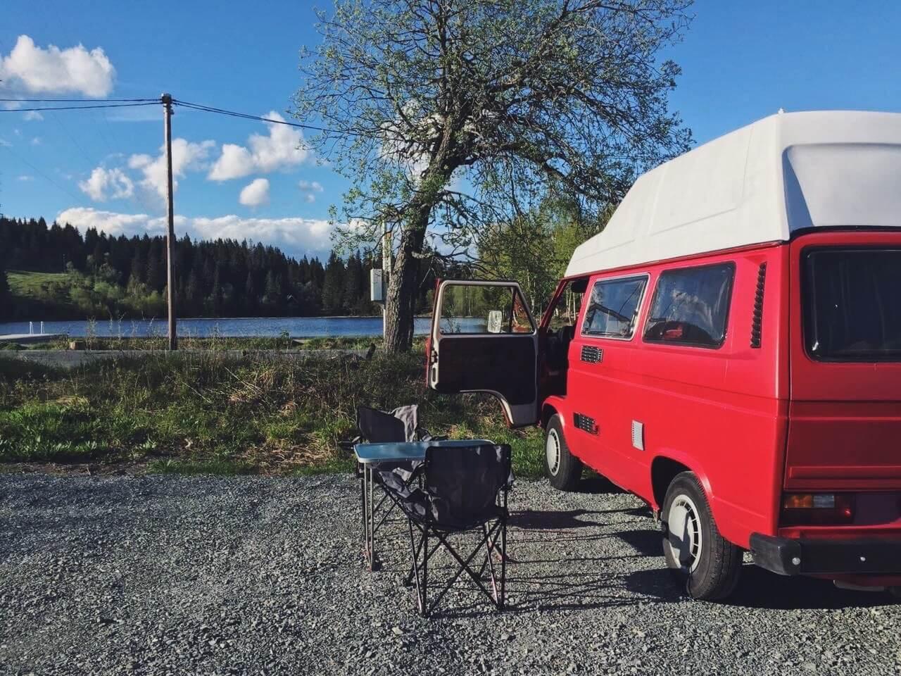 VW Bus T3 Helmut Reimo Hochdach rot Camper Bulli mieten Rostock bincampen Dänemark Urlaub Ferien Natur Pause
