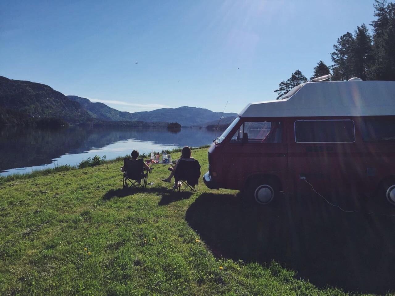 VW Bus T3 Helmut Reimo Hochdach rot Camper Bulli mieten Rostock bincampen Schweden Fjorde Urlaub Frühstück in der Natur