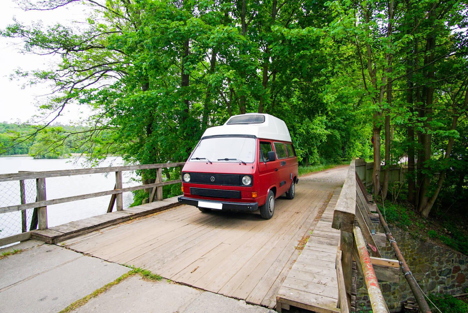 VW Bus T3 Helmut Reimo Hochdach rot Camper Bulli mieten Rostock bincampen Seite vorne