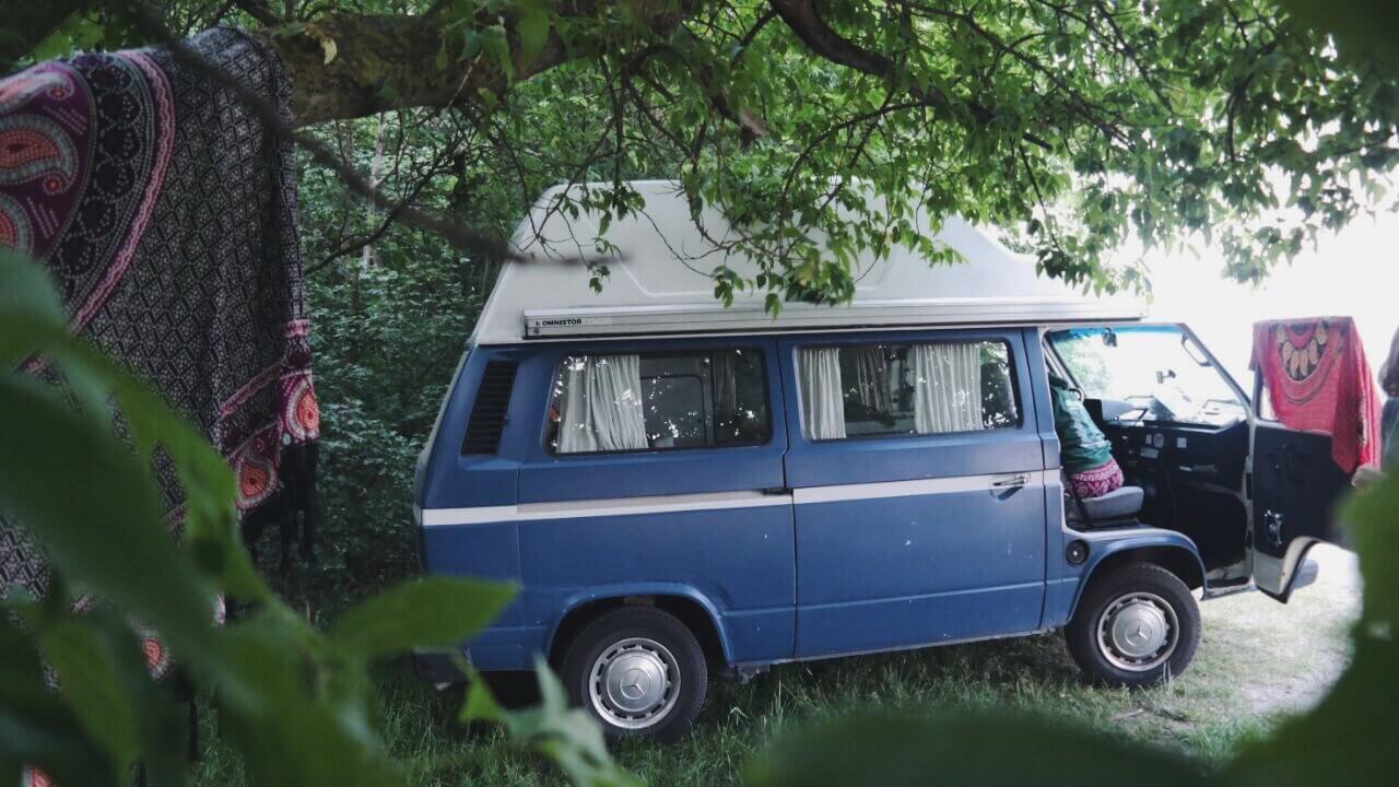 VW Bus T3 Tante Polly Hochdach blau Camper Bulli mieten Rostock bincampen Urlaub im Campervan Freiheit überall Zuhause