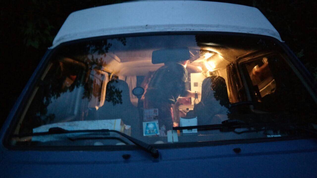 VW Bus T3 Tante Polly Hochdach blau Camper Bulli mieten Rostock bincampen Urlaub im Campervan Freiheit