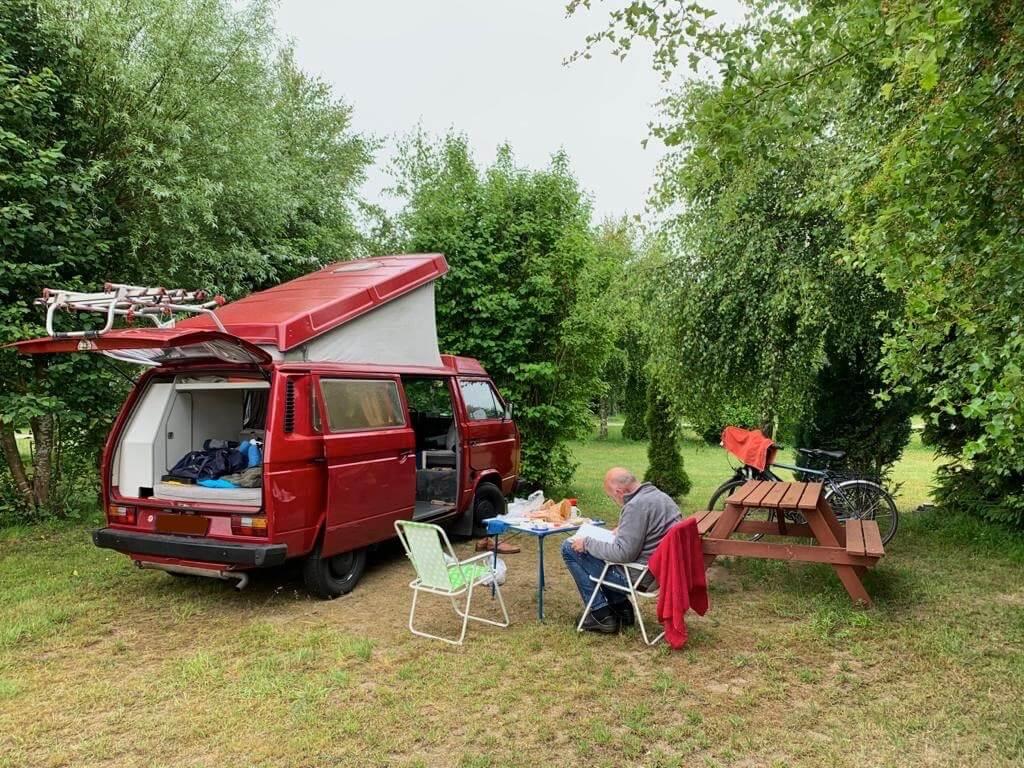VW Bus T3 Wilma Westfalia Joker Klappdach rot Camper Bulli mieten Rostock bincampen camping Campingstuhl Campingtisch Fahrradträger überall Zuhause Urlaub