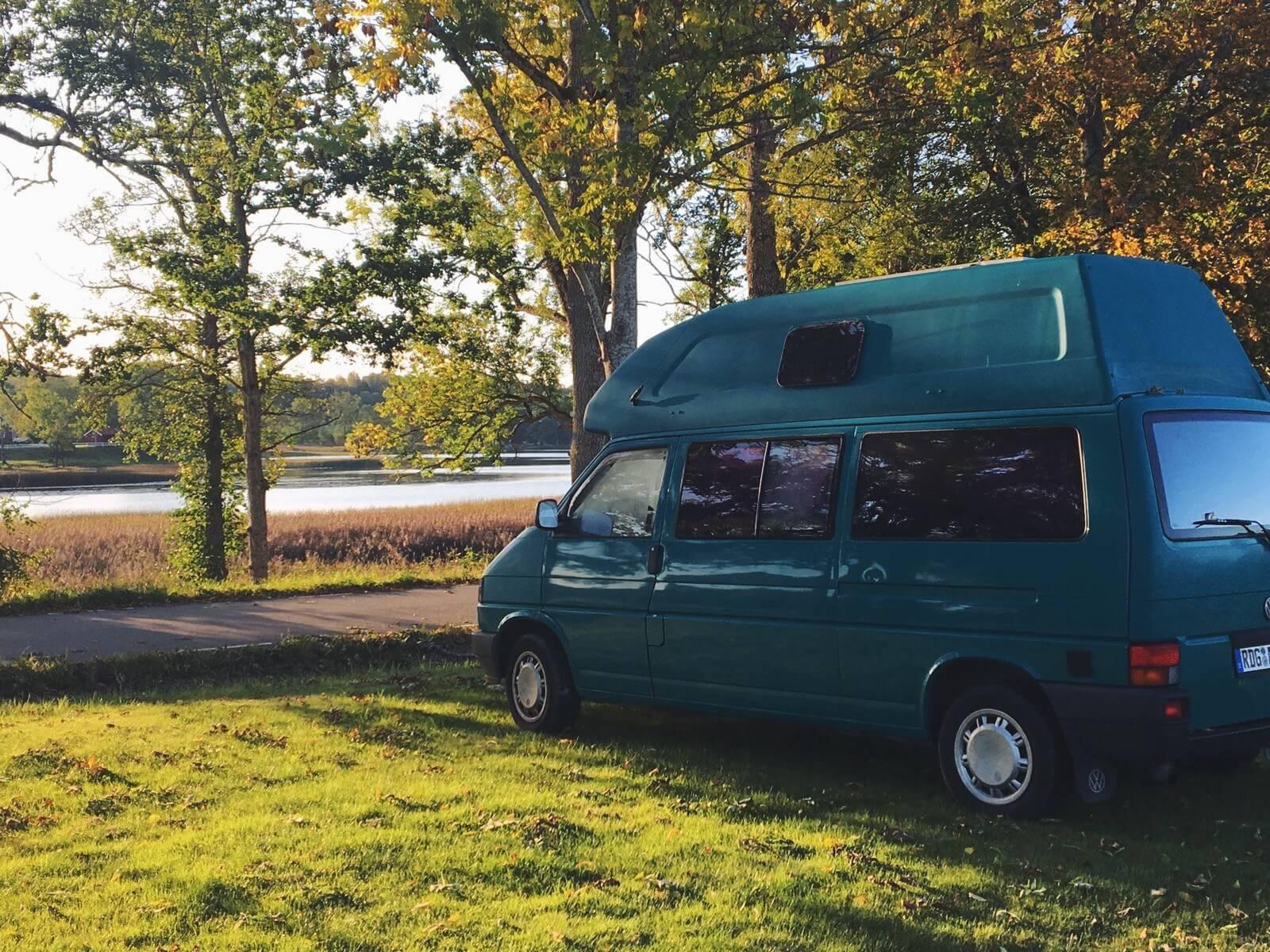 VW Bus T4 Manfred California gruen Camper Bulli mieten Rostock bincampen Seite hinten campen Natur