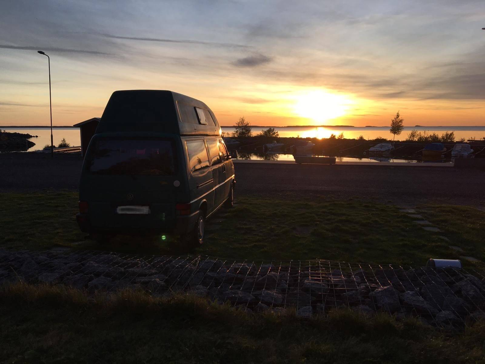 VW Bus T4 Manfred California gruen Camper Bulli mieten Rostock bincampen Sonnenuntergang Sommer Freiheit Natur