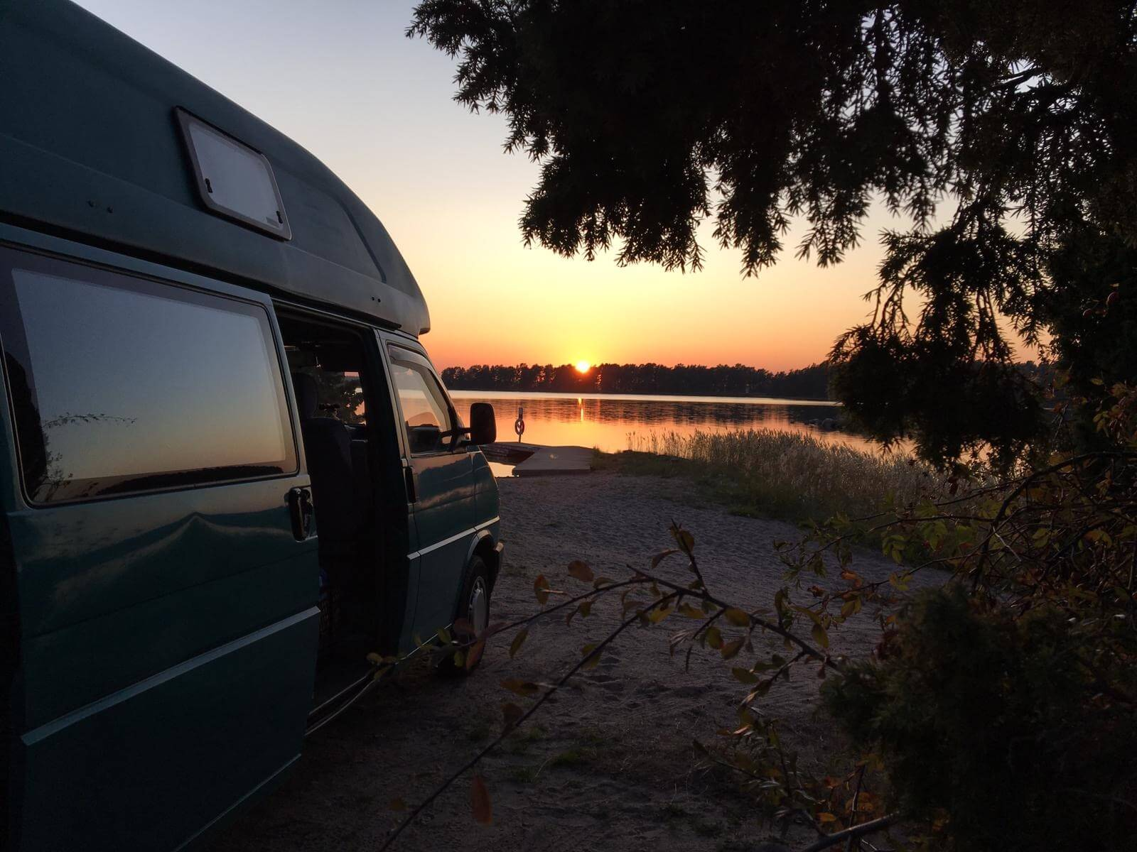 VW Bus T4 Manfred California gruen Camper Bulli mieten Rostock bincampen Sonnenuntergang Sommer See Natur