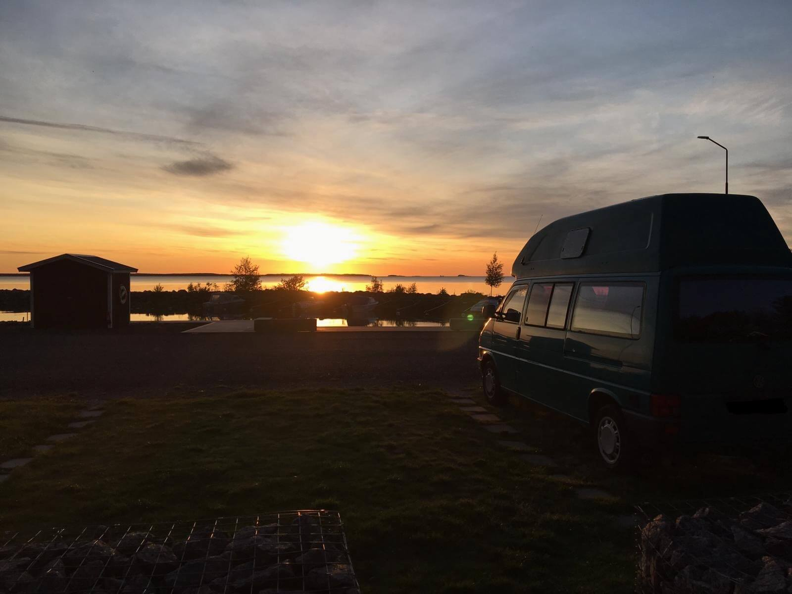VW Bus T4 Manfred California gruen Camper Bulli mieten Rostock bincampen Sonnenuntergang Sommer