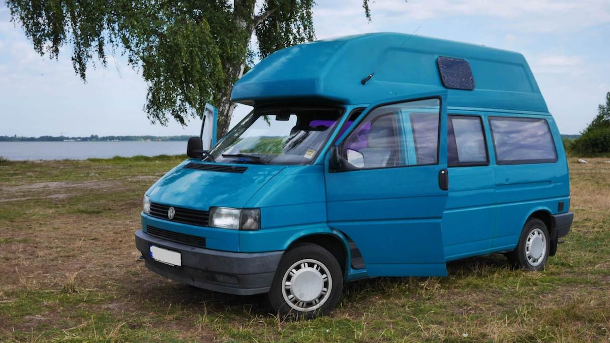 VW Bus T4 Manfred California gruen Camper Bulli mieten Rostock bincampen auf der Wiese direkt am Wasser