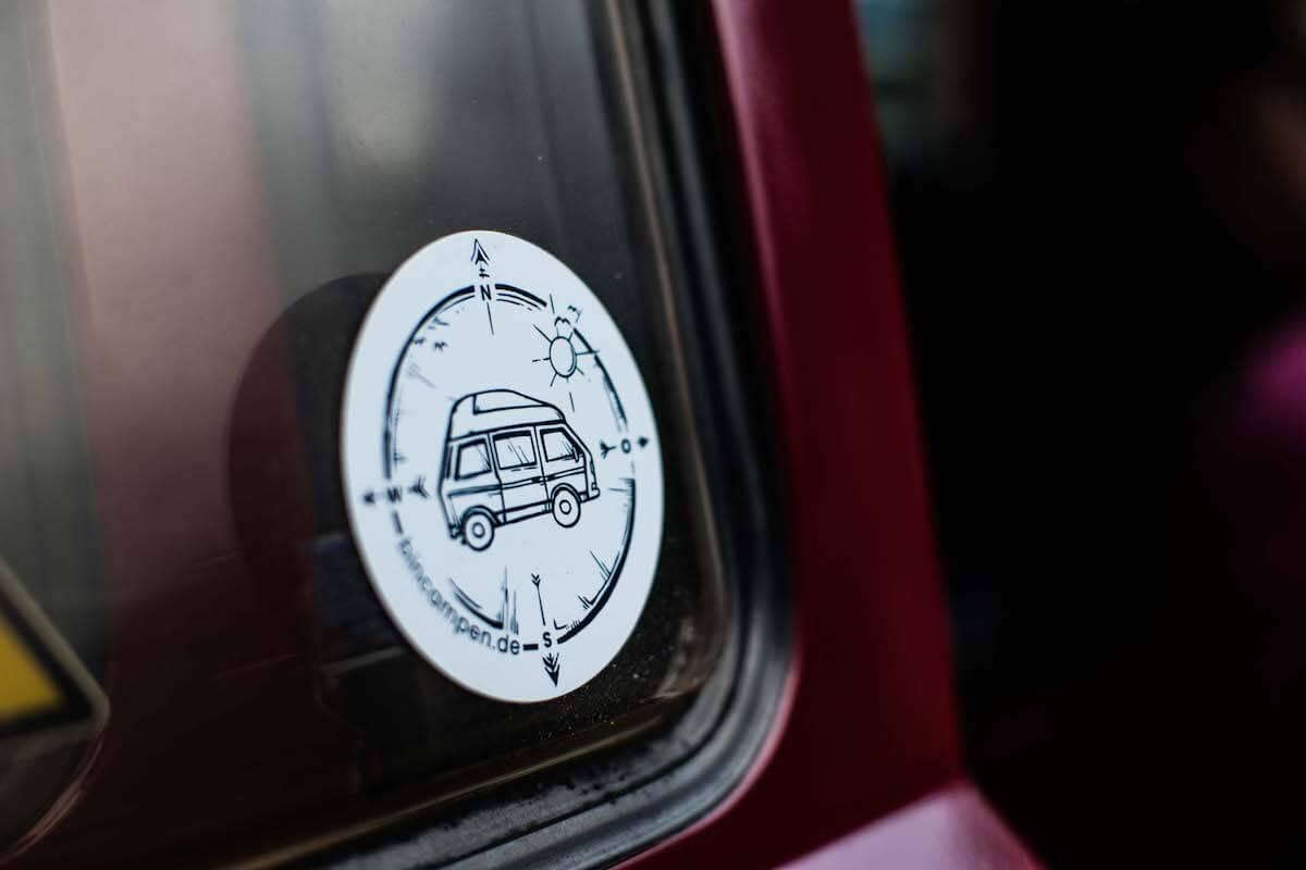 VW Bus T3 Wilma Westfalia Joker Klappdach rot Camper Bulli mieten Rostock bincampen Logo