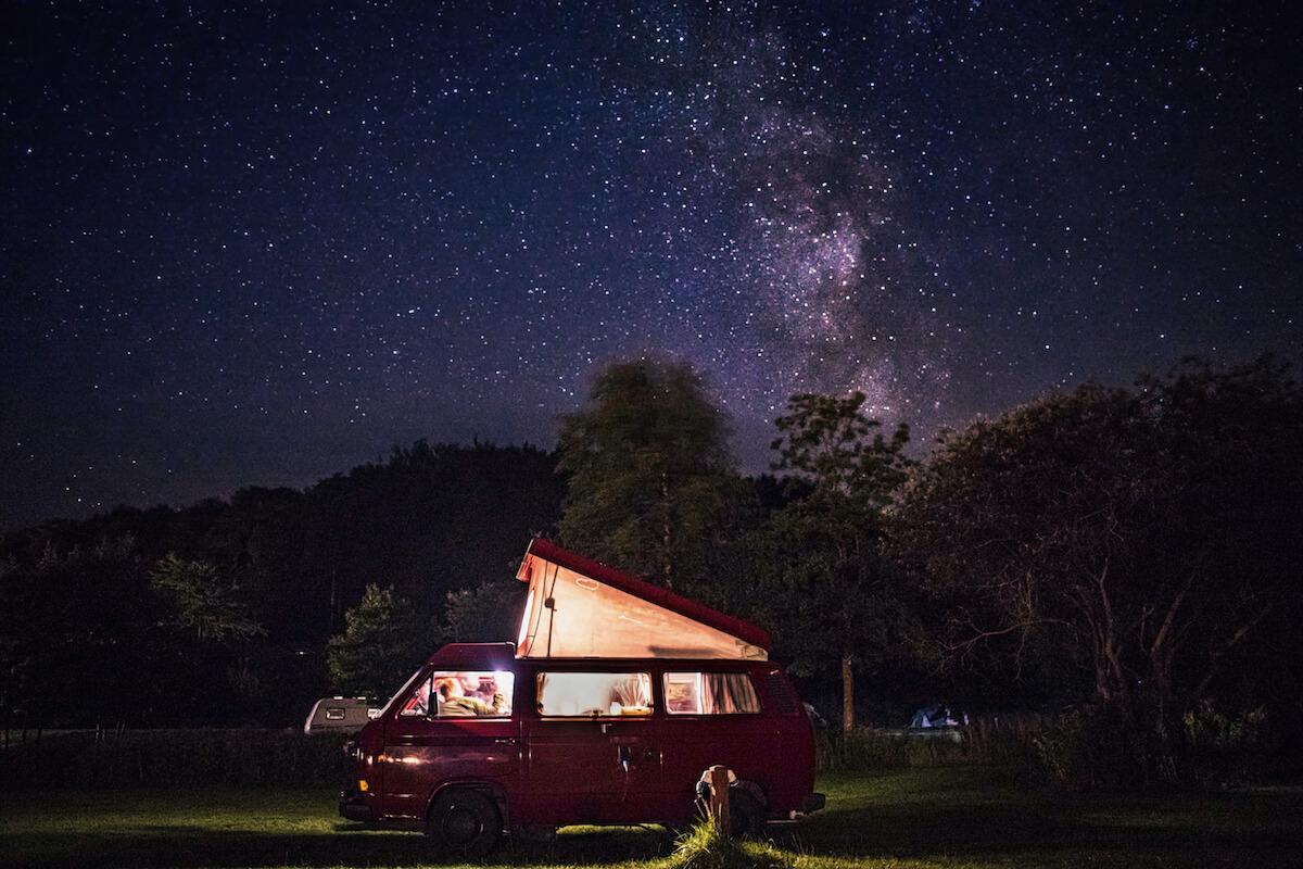 VW Bus T3 Wilma Westfalia Joker Klappdach rot Camper Bulli mieten Rostock bincampen Nachthimmel sternenklare Nacht