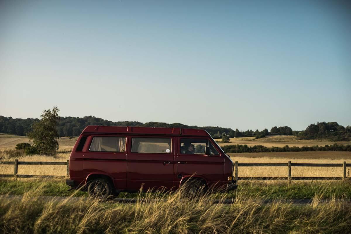 VW Bus T3 Wilma Westfalia Joker Klappdach rot Camper Bulli mieten Rostock bincampen Seite auf dem Weg in Urlaub