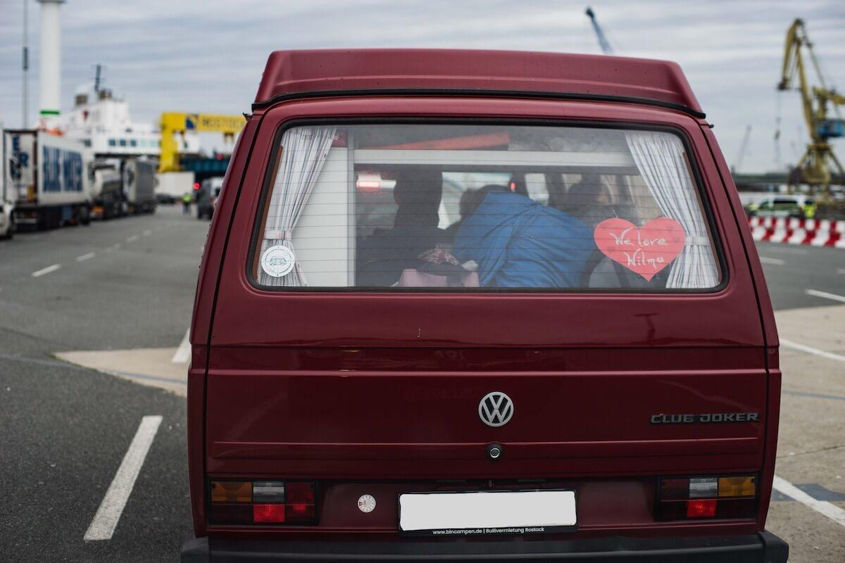 VW Bus T3 Wilma Westfalia Joker Klappdach rot Camper Bulli mieten Rostock bincampen hinten Fährterminal Rostock Schweden