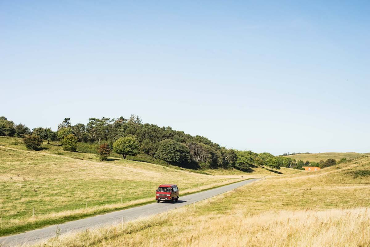 VW Bus T3 Wilma Westfalia Joker Klappdach rot Camper Bulli mieten Rostock bincampen quer durch die Natur
