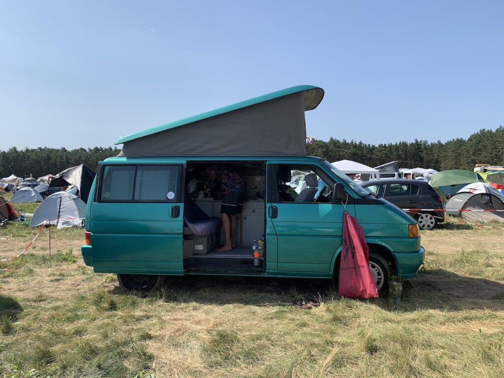 VW Bus T4 Achim California gruen Camper Bulli mieten Rostock bincampen Seite campen